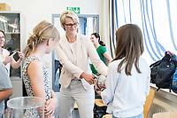 31 MAY 2018, HAMBURG/GERMANY:<br /> Anja Karliczek, CDU, Bundesministerin fuer Bildung und Forschung, waehrend einem pysikalischen Experiument mit Schuelern, Besuch des Deutschen Elektronen-Synchrotons, DESY<br /> IMAGE: 20180531-01-086