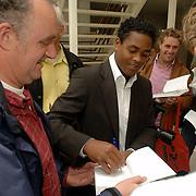 NLD/Amsterdam/20060529 - Boekpresentatie autobiografie van Patrick Kluivert, Patrick Kluivert signeert boek voor de aanwezige journalisten