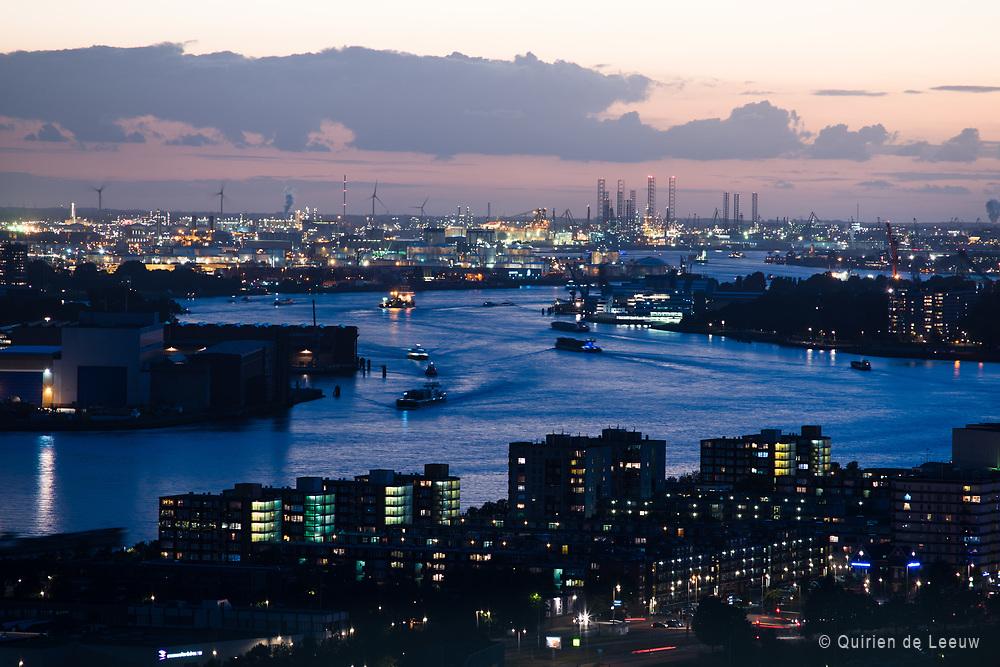 Skyline van Rotterdam Haven en de Nieuwe Maas gezien vanaf de Euromast. Op de achtergrond het industriegebied Europoort en Maasvlakte.