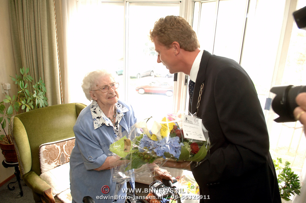 NLD/Huizen/20060814 - Burgemeester van Gils bezoekt de 104 jarige mw Muntz in De Marke Huizen
