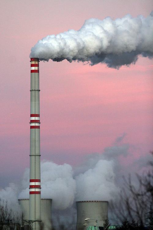Prunerov/Tschechische Republik, Tschechien, CZE, 14.12.06: Blick auf die rauchenden Schornsteine der Kohlekraftwerke Prunerov. Prunerov ist der gr&ouml;&szlig;te Komplex f&uuml;r die Gewinnung fossiler Brennstoffe in der Tschechischen Republik. Die Kraftwerke befinden sich in der N&auml;he der Stadt Chomutov (Komotau).<br /> <br /> Prunerov/Czech Republic, CZE, 14.12.06: Smokestacks of the Prunerov Power Stations. They are the largest fossil power station complex in the Czech Republic and situated on the western edge of the North-Bohemian brown coal basin near the town of Chomutov.