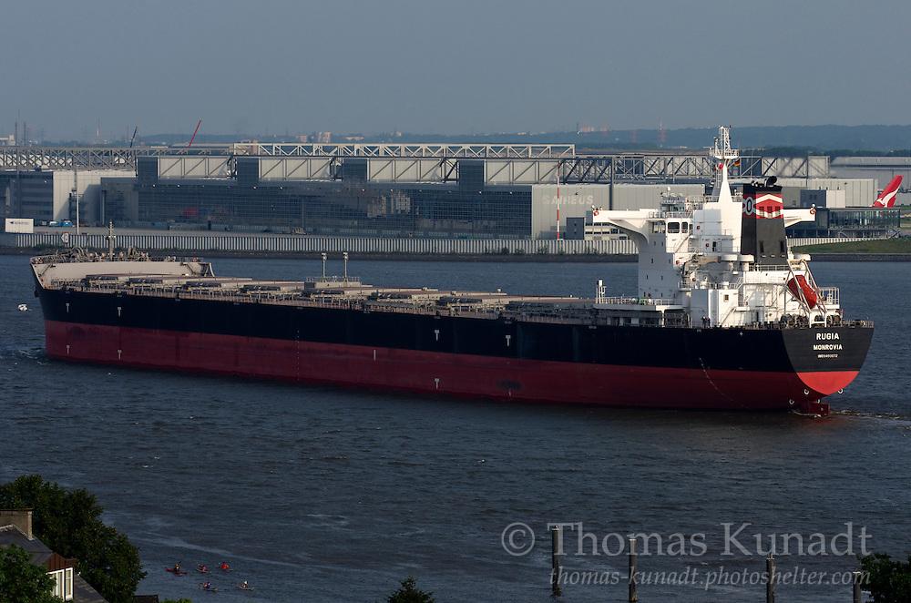 Mit Teilladung Erz einkommend aus Rotterdam am 03.08.2011. Das Leitwerk eines A 380 der Quants und Paddler im Vordergrund setzen Akzente.