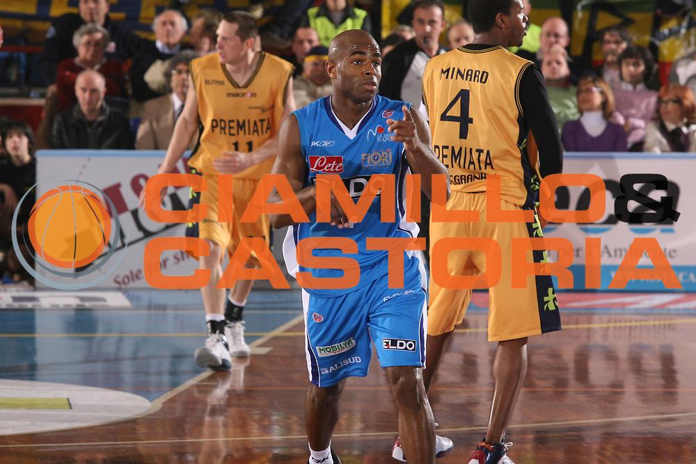 DESCRIZIONE : Porto San Giorgio Lega A1 2007-08 Premiata Montegranaro Eldo Napoli <br /> GIOCATORE : Chris Monroe <br /> SQUADRA : Eldo Napoli <br /> EVENTO : Campionato Lega A1 2007-2008 <br /> GARA : Premiata Montegranaro Eldo Napoli <br /> DATA : 23/02/2008 <br /> CATEGORIA : Esultanza <br /> SPORT : Pallacanestro <br /> AUTORE : Agenzia Ciamillo-Castoria/G.Ciamillo