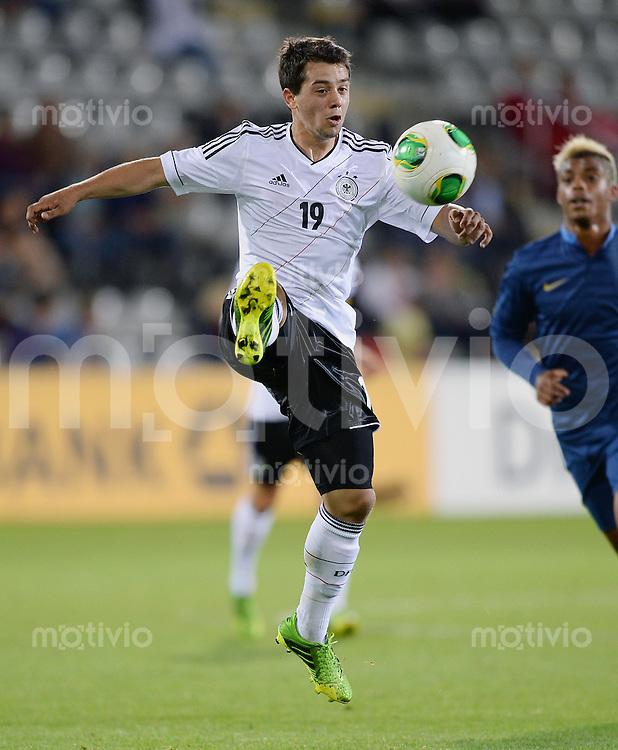 FUSSBALL INTERNATIONAL Laenderspiel Freundschaftsspiel U 21   Deutschland - Frankreich     13.08.2013 Amin Younes (Deutschland) am Ball
