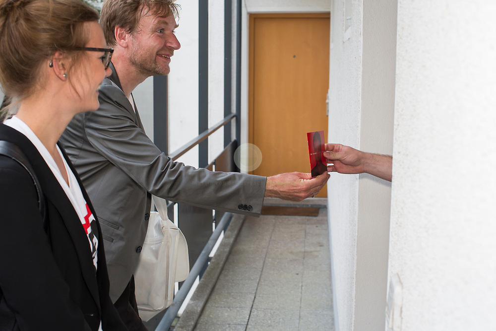 Tim rennt: Mit dem SPD-Abgeordneten Timm Renner auf Tuer-zu-Tuer Wahlkampf in seinem Wahlkreis Berlin Charlottenburg-Wilmersdorf. Begleitet von einem Pressetross stellt sich Tim Renner den Buegern seines Wahlkreises vor. Renner ist Musikproduzent, Journalist und Autor; von 2014 bis 2016 war er Berliner Staatssekretaer für Kultur.