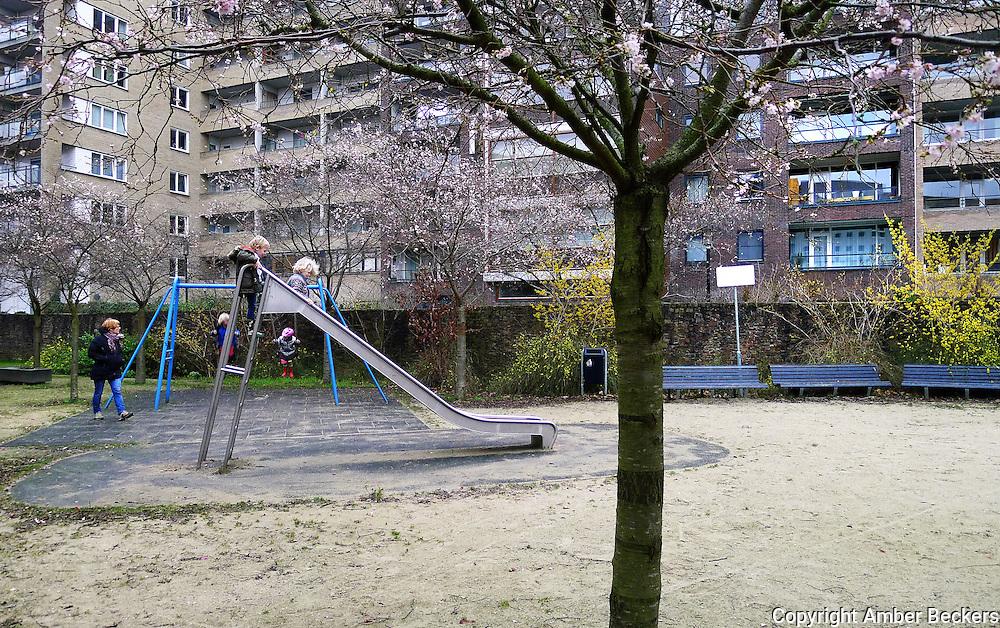 Nederland, Amsterdam, 4 januari 2013.Kinderen spelen in een speeltuintje in de Tosarituin op het Java-eiland in Amsterdam..Foto: Amber Beckers/Hollandse Hoogte