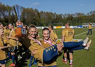 FODBOLD: Freja Abildå med Frederikke Lindhardt (Brøndby IF) og pokalen efter kampen i 3F Ligaen mellem Brøndby IF og Fortuna Hjørring den 11. maj 2019 på Brøndby Stadion. Foto: Claus Birch