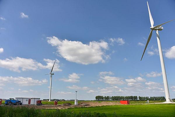 Nederland, Kesteren, 13-6-2014Vier nieuwe, moderne, windmolens van windmolenproducent Vestas staan klaar om in gebruik genomen te worden.De nieuwe molens zijn afgelopen weken in elkaar gezet en staan vlakbij de vier al bestaande molens aan de andere kant van de snelweg A15.Foto: Flip Franssen/Hollandse Hoogte