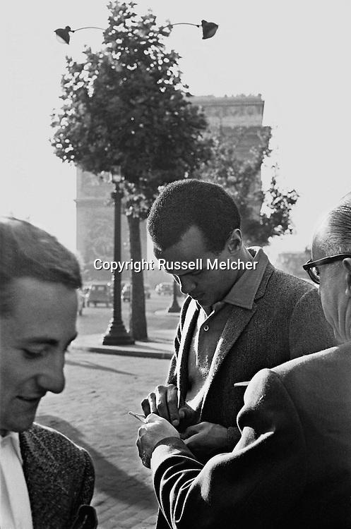 Harry Belafonte signing autographs on the Champs Elys&eacute;es in Paris, France.<br /> <br /> <br /> Harry Belafonte signant des autographes sur les Champs Elys&eacute;es &agrave; Paris , France .