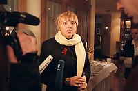 12 JAN 2001, WOERLITZ/GERMANY:<br /> Claudia Roth, MdB, B90/Gruene, gibt ein Pressestatement, Klausurtagung der Bundestagsfraktion Buendnis 90 / Die Gruenen<br /> IMAGE: 20010112-01/01-20<br /> KEYWORDS: Klausur, Grüne, Mikrofon, microphone, Journalist, Kamera, Camera