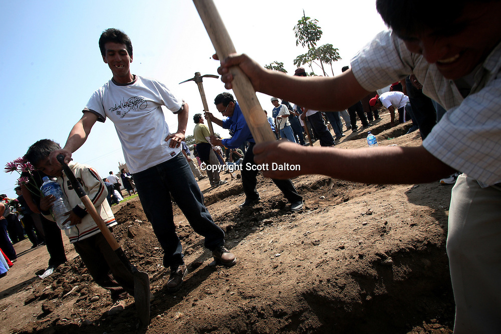 Graves are dug for the a victims of a massive earthquake in Pisco, Peru on Friday, August 17, 2007. The earthquake, that registered 8.0 on the Richter scale, left over five hundred people dead in Peru. (Photo/Scott Dalton)