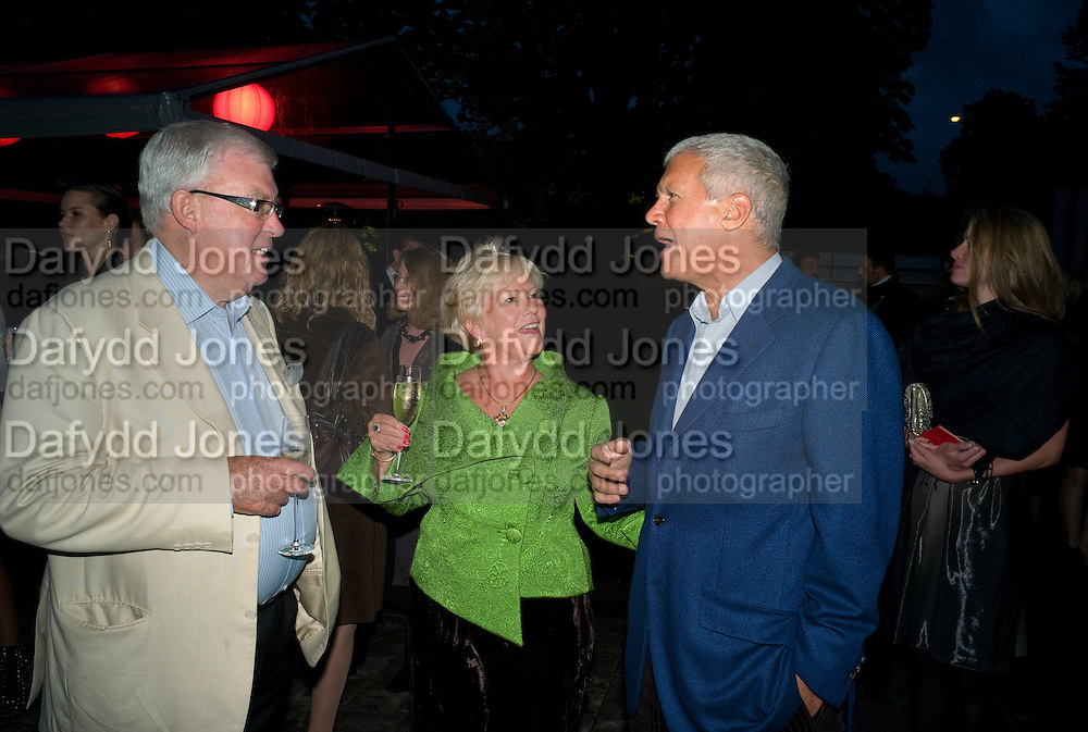 FRANK DUNPHY; LANA DUNPHY; LARRY GAGOSIAN. The Summer Party. Hosted by the Serpentine Gallery and CCC Moscow. Serpentine Gallery Pavilion designed by Frank Gehry. Kensington Gdns. London. 9 September 2008.  *** Local Caption *** -DO NOT ARCHIVE-© Copyright Photograph by Dafydd Jones. 248 Clapham Rd. London SW9 0PZ. Tel 0207 820 0771. www.dafjones.com.