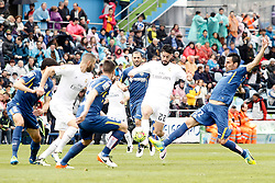 16.04.2016, Estadio Coliseum Alfonso Perez, Getafe, ESP, Primera Division, Getafe CF vs Real Madrid, 33. Runde, im Bild Getafe's Juan Rodriguez (r) and Real Madrid's Isco Alarcon // during the Spanish Primera Division 33th round match between Getafe CF and Real Madrid at the Estadio Coliseum Alfonso Perez in Getafe, Spain on 2016/04/16. EXPA Pictures © 2016, PhotoCredit: EXPA/ Alterphotos/ Acero<br /> <br /> *****ATTENTION - OUT of ESP, SUI*****