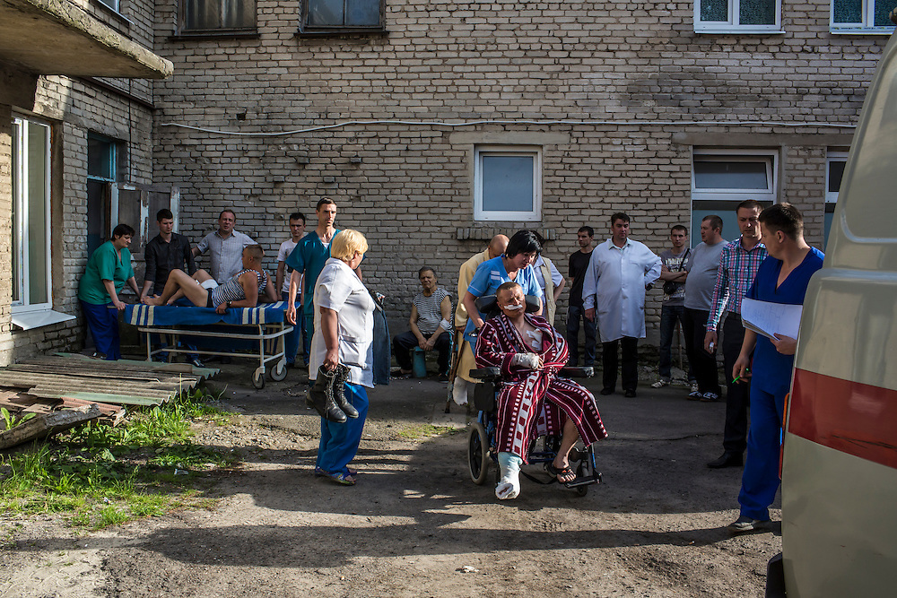 Ukrainian soldiers who were wounded earlier in the day during an attack on a military checkpoint by unknown forces are transfered to ambulances on May 22, 2014 in Volnovakha, Ukraine. Authorities reported fifteen soldiers were killed and 31 injured.
