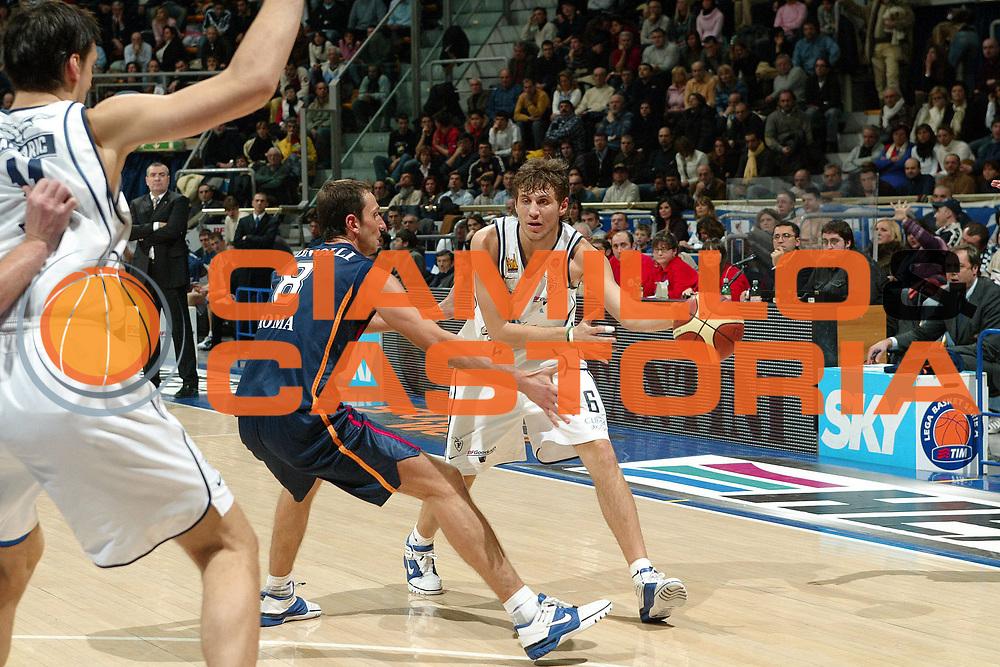 DESCRIZIONE : BOLOGNA CAMPIONATO LEGA A1 2004-2005 <br /> GIOCATORE : MANCINELLI <br /> SQUADRA : CLIMAMIO FORTITUDO BOLOGNA <br /> EVENTO : CAMPIONATO LEGA A1 2004-2005 <br /> GARA : CLIMAMIO BOLOGNA-LOTTOMATICA ROMA <br /> DATA : 30/01/2005 <br /> CATEGORIA : Passaggio <br /> SPORT : Pallacanestro <br /> AUTORE : Agenzia Ciamillo-Castoria/G.Livaldi