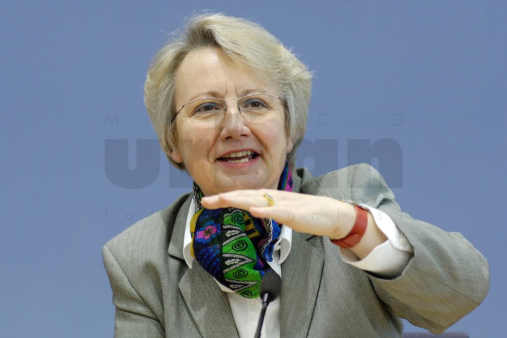 21 FEB 2006, BERLIN/GERMANY:<br /> Annette Schavan, CDU, Bundesministerin f&uuml;r Bildung und Forschung, waehrend einer Pressekonefernz zum Bericht des UN-Sonderberichterstatters, Bundespressekoneferenz <br /> IMAGE: 20060221-02-038