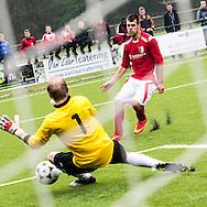25-04-2015: Voetbal: SVMM - Rood-Wit'58: Maarn<br /> <br /> (L-R) Marcel Nieuwenhuizen van Rood-Wit '58 passeert doelman Michael Nieuwenhuizen van SVMM<br /> Zaterdag standaard 4e klasse G <br /> seizoen 2014-2015
