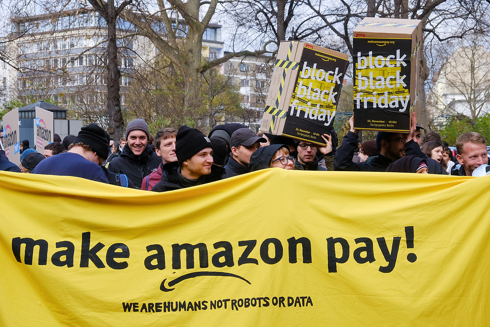 Germany - Deutschland - make amazon pay - Demonstration; ca 300 Demonstranten protestieren anl. des Black Friday Einkaufstag  gegen den Onlinehändler Amazon;Blockade Amazon Logistik in Berlin-Charlottenburg; 24.11.2017, © Christian Jungeblodt