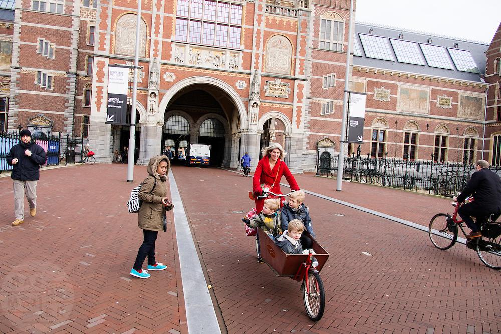 In Amsterdam rijden fietsers onder het Rijksmuseum door. De doorgang was lange tijd gesloten en aanvankelijk wilde het Rijksmuseum de doorgang voor fietsers niet opnieuw openen.<br /> <br /> In Amsterdam cyclists are riding underneath the Rijksmuseum. For a while the bike path was closed and the Rijksmuseum didn't want to reopen the tunnel again at first.