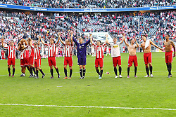 02.04.2011, Allianz Arena, Muenchen, GER, 1.FBL, FC Bayern Muenchen vs Borussia Moenchengladbach , im Bild  Die Bayern feiern mit den fans um Arjen Robben (Bayern #10) Franck Ribery (Bayern #7) Miroslav Klose (Bayern #18) Mario Gomez (Bayern #33) , EXPA Pictures © 2011, PhotoCredit: EXPA/ nph/  Straubmeier       ****** out of GER / SWE / CRO  / BEL ******