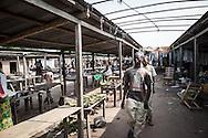 Repubblica Democratica del Congo e Repubblica Centrafricana, 2012<br /> Lavorare in Africa<br /> Banchi di frutta e verdura al mercato del villaggio di Zongo, RDC<br /> <br /> Democratic Republic of Congo and Central African Republic, 2012<br /> Working in Africa<br /> Fruits and vegetables stands at the market in the town of Zongo, DRC