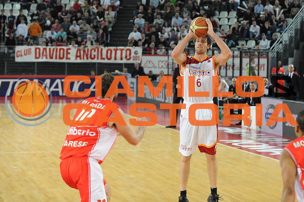 DESCRIZIONE : Roma Lega A 2009-10 Lottomatica Virtus Roma Cimberio Varese<br /> GIOCATORE : Angelo Gigli<br /> SQUADRA : Lottomatica Virtus Roma<br /> EVENTO : Campionato Lega A 2009-2010 <br /> GARA : Lottomatica Virtus Roma Cimberio Varese<br /> DATA : 17/04/2010<br /> CATEGORIA : Three Points Equilibrio<br /> SPORT : Pallacanestro <br /> AUTORE : Agenzia Ciamillo-Castoria/GiulioCiamillo<br /> Galleria : Lega Basket A 2009-2010 <br /> Fotonotizia : Roma Campionato Italiano Lega A 2009-2010 Lottomatica Virtus Roma Cimberio Varese<br /> Predefinita :