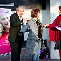Nederland,Utrecht ,9 november 2006..SP kamerlid Agnes Kant krijgt van Stichting Mantelzorg Mezzo een mantel aangetrokken..1e keuzefoto!!