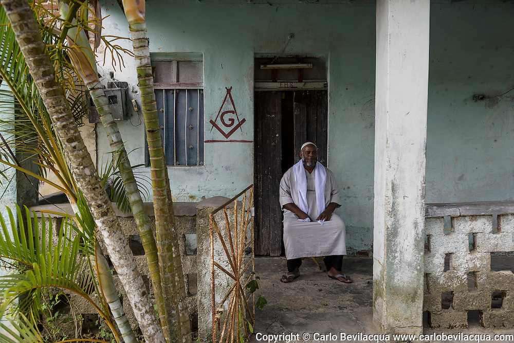 For the Cuban government he's Carlos Hernandez Martinez, for Islam he's Uzman, 47 yo, born and raised in Camaguey. Uzman has five children from three different women, work as a car renter in a state agency, and also rents a couple of rooms of his house, but just to Cubans. He's a Muslim from a year, and traditionally followed the Santeria of Palo Monte, known also as Mayombe, a religious cult of Bantu origins – Bantu is an African community with a common language going from Eastern Africa to Centre-South Africa. Uzman always showed a great interest for the mystical, spiritual world: he has been a Baptist and then adhered to Cuban Masonry, becoming also the Grand Master of a local lodge.