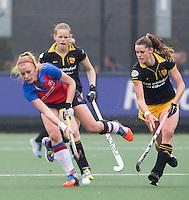 DEN BOSCH - Caia van Maasakker (l) van SCHC met Lidewij Welten (r)  en  Vera Vorstenbosch van Den Bosch  tijdens de  de tweede finale wedstrijd tussen de vrouwen van Den Bosch en SCHC (2-0)  . Den Bosch behoudt de titel. . COPYRIGHT  KOEN SUYK