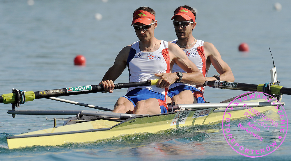 (L) JEAN CHRISTOPHE BETTE & (R) FABIEN TILLIET (BOTH FRANCE) COMPETE AT MEN'S LIGHTWEIGHT PAIRS HEAT DURING DAY 1 FISA ROWING WORLD CUP ON ESTANY LAKE IN BANYOLES, SPAIN...BANYOLES , SPAIN , MAY 29, 2009..( PHOTO BY ADAM NURKIEWICZ / MEDIASPORT )..PICTURE ALSO AVAIBLE IN RAW OR TIFF FORMAT ON SPECIAL REQUEST.