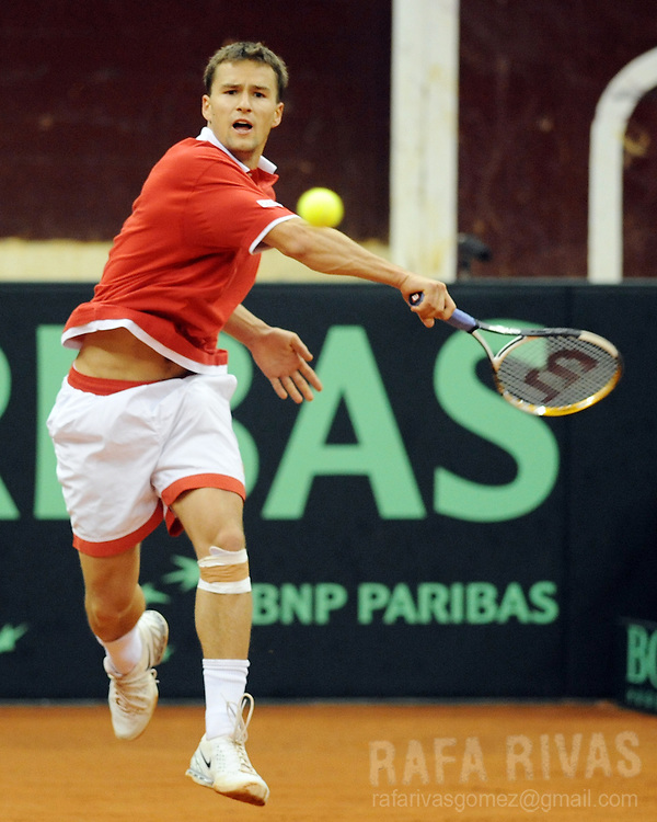 Switzerland's Marco Chiudinelli returns the ball against Spain's David Ferrer during their Davis Cup World Group first round tennis match in Logrono, North of Spain,  on March 5, 2010. Ferrer won the match. PHOTO/Rafa Rivas
