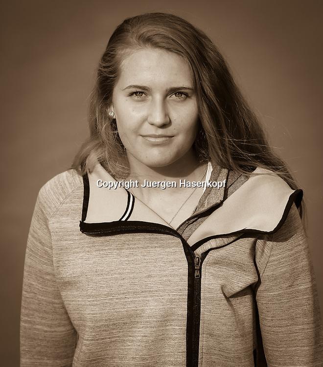Tennis Profi Antonia Lottner (GER),Einzelbild,Halbkoerper,Hochformat,<br /> Portrait,privat,Schwarzweiss,
