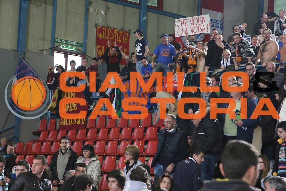 DESCRIZIONE : Avellino Lega A1 2007-08 Air Avellino Lottomatica Virtus Roma <br /> GIOCATORE : Tifosi <br /> SQUADRA : Lottomatica Virtus Roma <br /> EVENTO : Campionato Lega A1 2007-2008 <br /> GARA : Air Avellino Lottomatica Virtus Roma <br /> DATA : 09/03/2008 <br /> CATEGORIA : <br /> SPORT : Pallacanestro <br /> AUTORE : Agenzia Ciamillo-Castoria/G.Ciamillo