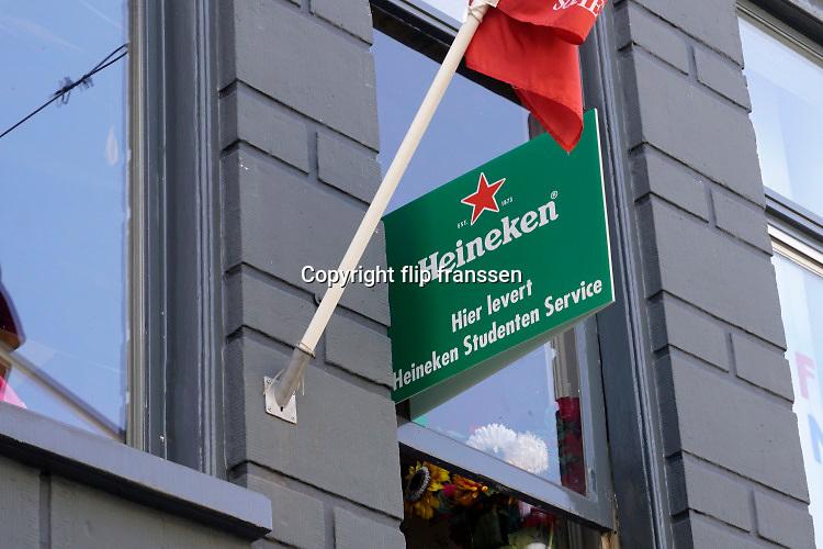 Nederland, Groningen, 20-8-2016Uit het raam van een kamer in een studentenhuis hangt een bord met de tekst Hier Levert Heineken Studenten ServiceFoto: Flip Franssen