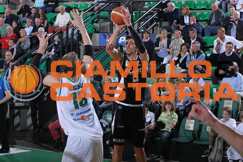DESCRIZIONE : Treviso Lega A 2009-10 Basket Benetton Treviso Carife Ferrara<br /> GIOCATORE : Valerio Mazzola<br /> SQUADRA : Carife Ferrara<br /> EVENTO : Campionato Lega A 2009-2010<br /> GARA : Benetton Treviso Carife Ferrara<br /> DATA : 02/05/2010<br /> CATEGORIA : Tiro<br /> SPORT : Pallacanestro<br /> AUTORE : Agenzia Ciamillo-Castoria/G.Contessa<br /> Galleria : Lega Basket A 2009-2010 <br /> Fotonotizia : Treviso Campionato Italiano Lega A 2009-2010 Benetton Treviso Carife Ferrara<br /> Predefinita :