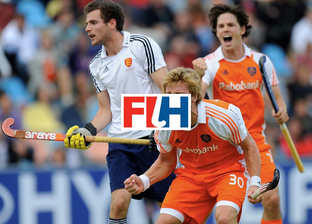 Monchengladbach - Champions Trophy men<br /> England vs Netherlands<br /> foto: Mink van der Weerden scoort uit een strafcorner  2-3, achter Wouter Jolie mee juichend.<br /> FFU Press Agency  COPYRIGHT Frank Uijlenbroek