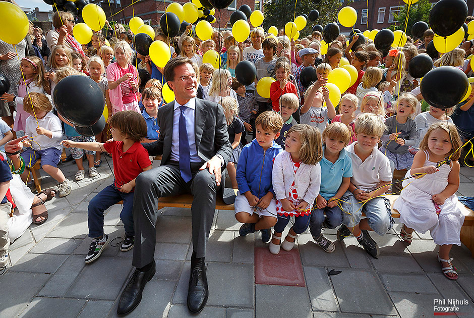 DEN HAAG - Premier Mark Rutte wordt omringd door leerlingen tijdens de opening van de nieuwbouw van zijn oude basisschool Schoolvereniging Wolters. Foto: Phil Nijhuis