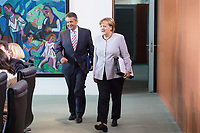 21 JUN 2017, BERLIN/GERMANY:<br /> Sigmar Gabriel (L), SPD, Bundesaussenminister, und Angela Merkel (R), CDU, Bundeskanzlerin, vor Beginn der Kabinettsitzung, Bundeskanzleramt<br /> IMAGE: 20170621-01-015<br /> KEYWORDS: Kabinett, Sitzung