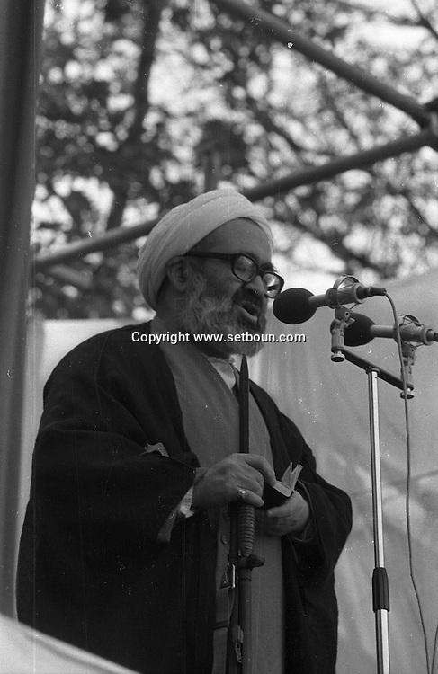Iran - the ayatollah Montazeri speaking with a gun- demonstration in the courtyard of the university of Tehran /// l ayatollah Montazeri parlant avec un fusil d assaut - manifestation dans la cour de l universite de teheran