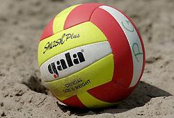 18-06-2006 VOLLEYBAL: CITY BEACH TOUR: GOUDA<br /> De finales van de City Beach! Tour stond dit weekend op de markt van Gouda / Beach item - beachbal - volleybal<br /> ©2006-WWW.FOTOHOOGENDOORN.NL