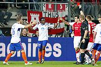 ALKMAAR - AZ - Aalesunds, voetbal,  seizoen 2011-2012, 25-08-2011, Europa League, AFAS Stadion, 6-0, Scheidsrechter Alan Kelly geeft rood aan Aalesunds speler Demar Phillips (2vl).