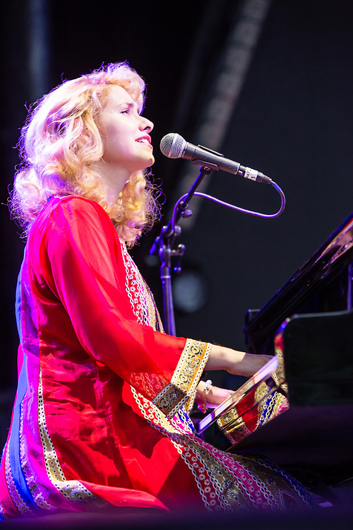 3 August 2017 – Brooklyn, NY. Singer Nellie McKay opened for Béla Fleck and the Flecktones to a large crowd at the BRIC Celebrate Brooklyn! Festival at the Prospect Park Bandshell. Nellie McKay at the piano.