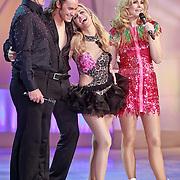 NLD/Hilversum/20110318 - Sterren Dansen op het IJs show 8, Vivian Reijs en Nick Keagan luisteren samen met Gerard Joling en Nance Coolen naar het jury commentaar