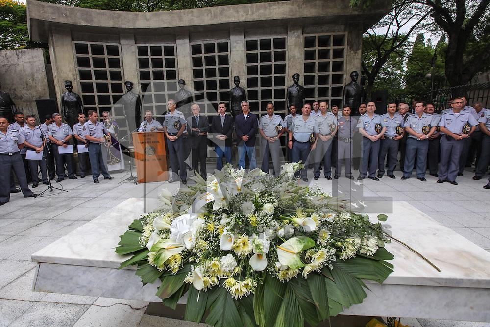 ATENCAO EDITOR IMAGEM EMBARGADA PARA VEICULOS INTERNACIONAIS - SAO PAULO, SP,  02 NOVEMBRO 2012 - DIA DE FINADOS CEMITERIO ARACA - Cerimonia de Finados em homenagem a memória dos policiais militares que tobaram no comprimento do dever no Cemiterio do Araca em Pinheiros, regiao oeste da capital paulista, nesta sexta-feira, 02. (FOTO: VANESSA CARVALHO / BRAZIL PHOTO PRESS.