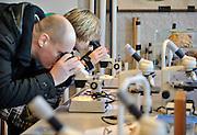 Nederland, Nijmegen, 11-2-2012Open dag middelbare school Mondial College.De open dagen van het middelbaar onderwijs. Hier zijn leerlingen kinderen uit groep acht van de basisschool en hun ouders aan het kijken in een biologieklas.Foto: Flip Franssen/Hollandse Hoogte
