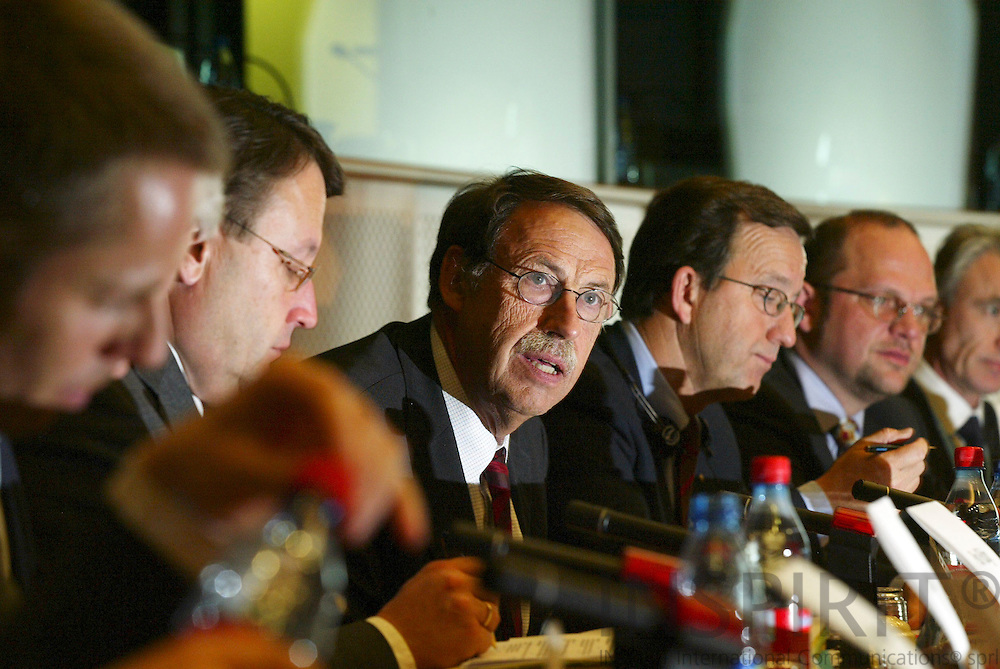 "BRUSSELS - BELGIUM - 10 JANUARY 2006 -- Jens ROSTRUP-NIELSEN, Research Director of Haldor Topsøe speaking at panel discussion on FP7: ""Stimulate Innovation and Excellence in the EU"".  PHOTO: ERIK LUNTANG /"