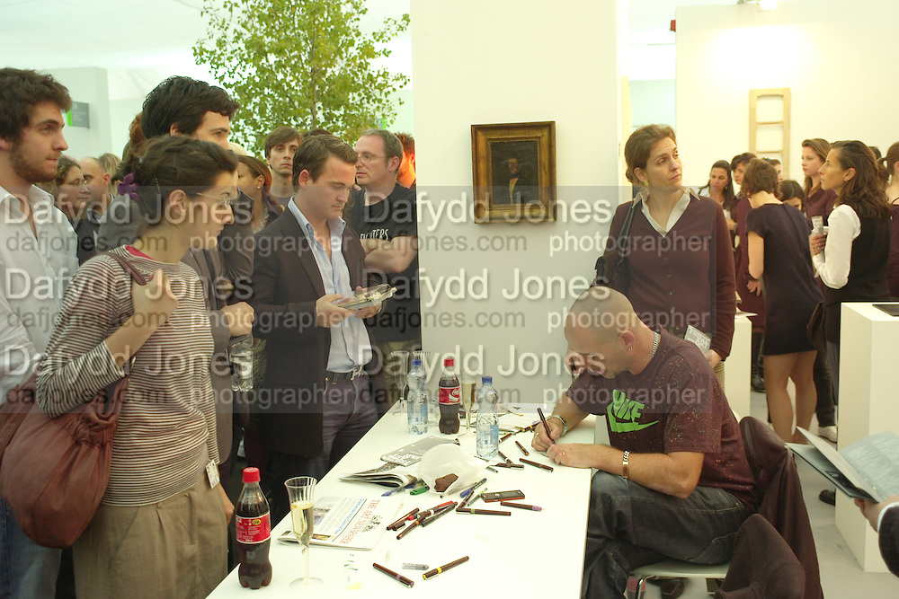 QUEUE FOR JAKE AND DINOS CHAPMAN BANKNOTES,  Opening of the Frieze Art Fair. Regents Park. London. 10 October 2007. -DO NOT ARCHIVE-© Copyright Photograph by Dafydd Jones. 248 Clapham Rd. London SW9 0PZ. Tel 0207 820 0771. www.dafjones.com.