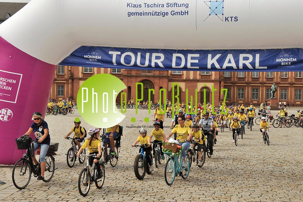 Mannheim. 02.06.17 | Auf den Spuren von Karl Drais<br /> Ehrenhof Schloss. Es war ein &uuml;berw&auml;ltigendes. Mehr als 500 Sch&uuml;lerinnen und Sch&uuml;ler der 3., 4., 5. und 6. Klassen machten den letzten Freitag vor den Pfingsferien zu einem Fest des Fahrrads. Einheitlich in Gelb gekleidet strampelten sie bei der Tour de Karl auf ihren R&auml;dern vom Schloss bis zum Drais-Denkmal im Stadtteil Rheinau. Also genau da, wo vor knapp 200 Jahren am 12. Juni 1817 der Erfinder des Fahrrads mit seiner Draisine eine der wichtigsten Erfindungen der Menschheit ausprobierte.<br />  <br /> Start war durch einen riesigen Torbogen, den die Klaus Tschira Stiftung im Ehrenhof des Schlosses, aufgebaut hatte. Sie fungiert als Partnerin der veranstaltenden Gesch&auml;ftsstelle Radjubil&auml;um &bdquo;Monnem Bike&ldquo; und hatte f&uuml;r alle Kinder und die begleitenden Erwachsenen die T-shirts gestiftet.<br /> <br /> <br /> <br /> BILD- ID 0054 |<br /> Bild: Markus Prosswitz 02JUN17 / masterpress (Bild ist honorarpflichtig - No Model Release!)