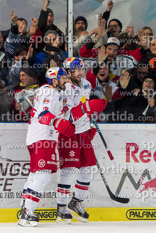 26.03.2015, Eisarena, Salzburg, AUT, EBEL, EC Red Bull Salzburg vs EC KAC, 64. Runde, Halbfinale, 3. Spiel, im Bild Torjubel Red Bulls ach dem 4:4 durch Kyle Beach (EC Red Bull Salzburg), v.l.: Manuel Latusa (EC Red Bull Salzburg), Konstantin Komarek (EC Red Bull Salzburg) // during the Erste Bank Icehockey League 64th round 3rd semifinal match between EC Red Bull Salzburg and EC KAC at the Eisarena in Salzburg, Austria on 2015/03/26. EXPA Pictures © 2015, PhotoCredit: EXPA/ JFK