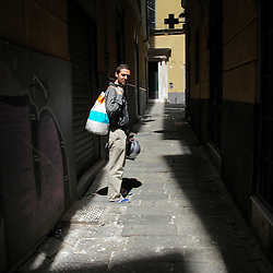 Uno dei tanti carrugi nel centro storico di Genova.  One of the many alleyways in the historic center of Genoa